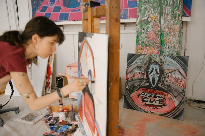 Frau hat beim malen eine hypnotische Trance