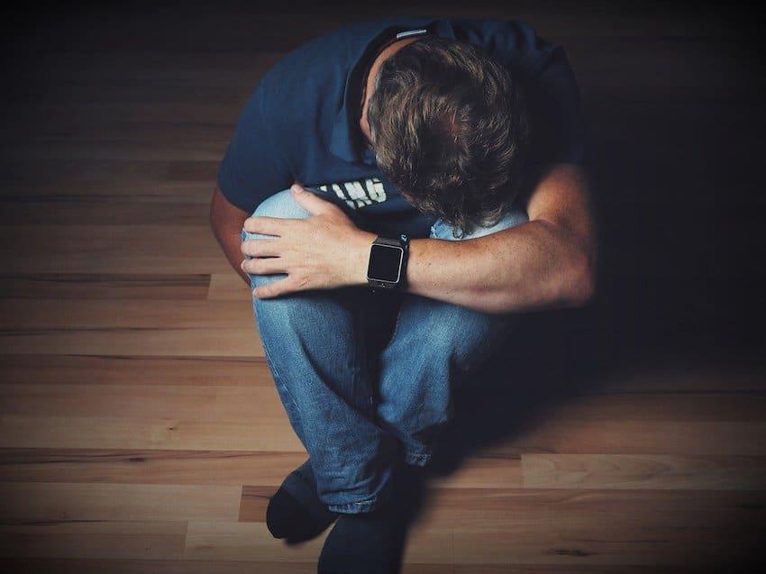 Ein Mann hat Scmerzen- Hypnose gegen Schmerzen