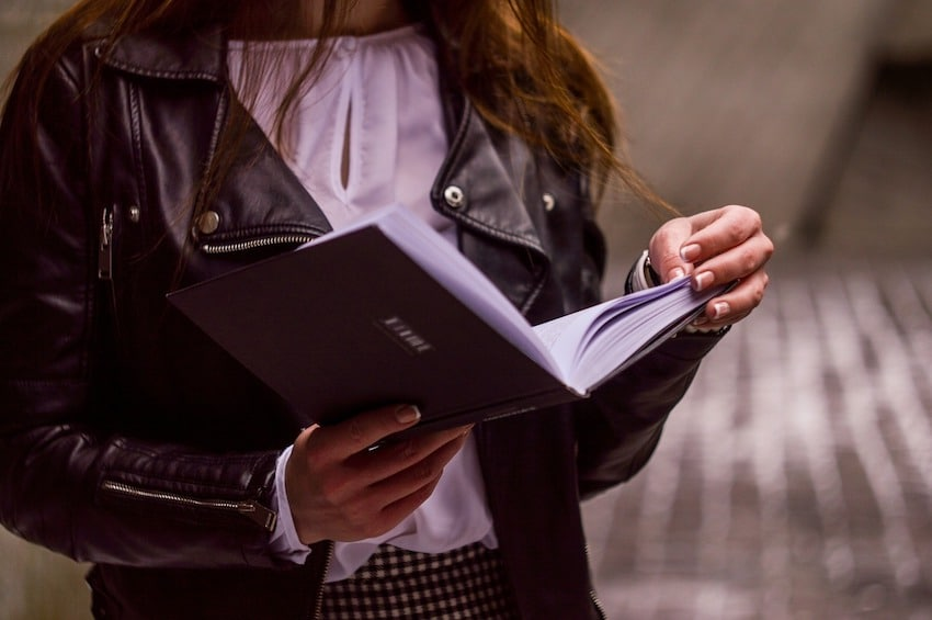 Frau liest Studie Hypnose gegen Schmerzen