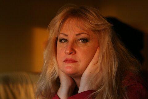 Frau ist angeschlagen - Wirkungsvolle Hypnose gegen Burnout