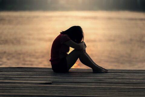 Deprimierte Frau - Soforthilfe gegen Burnout und Stress
